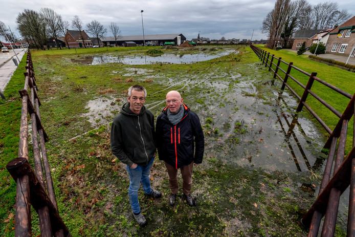 20191213 - BERGEN OP ZOOM - Pix4Profs/Tonny Presser -   Rien Luijks, (rechts) voorzitter HSV De Kruisweel, en agrariër Willem Testers leggen een visvijver aan in Kruisland.