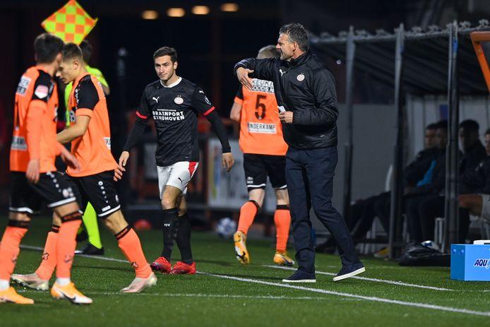 Jong PSV-trainer Peter Uneken probeert zijn team aan te vuren.