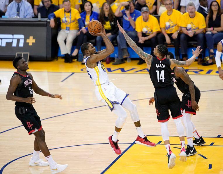 Golden State Warriors-forward Kevin Durant schiet over Rockets-guard Gerald Green.