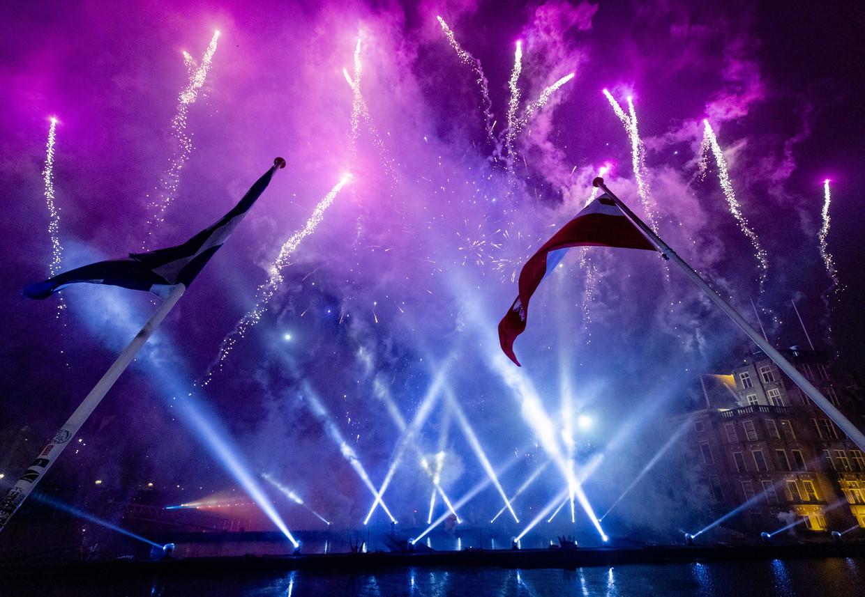 Elders in Den Haag werd met een vuurwerkshow bij de Hofvijver het jaar 2020 ingeluid.