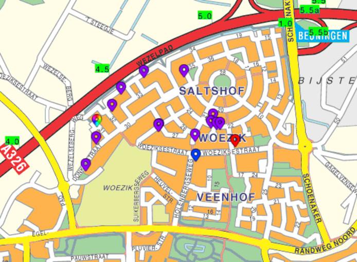 De politie heeft op een kaartje aangegeven op welke locaties auto's zijn beschadigd.