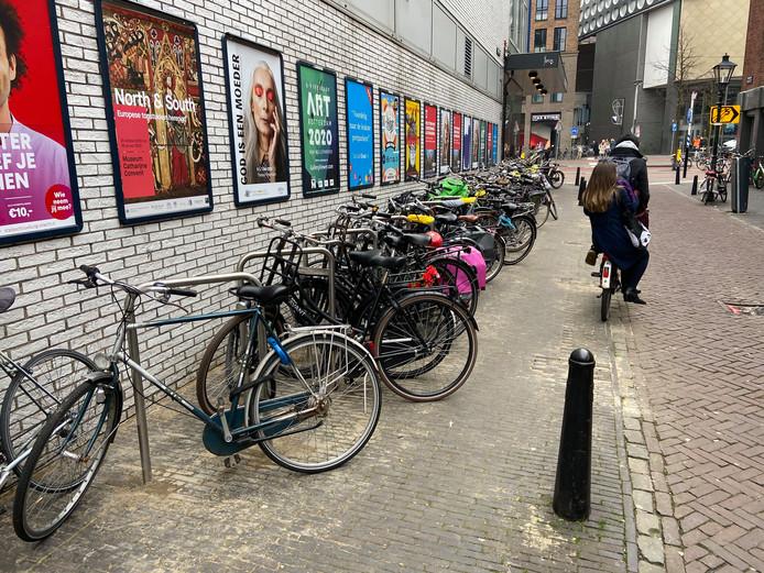 Nieuwe 'fietsnietjes' in de Willemstraat.