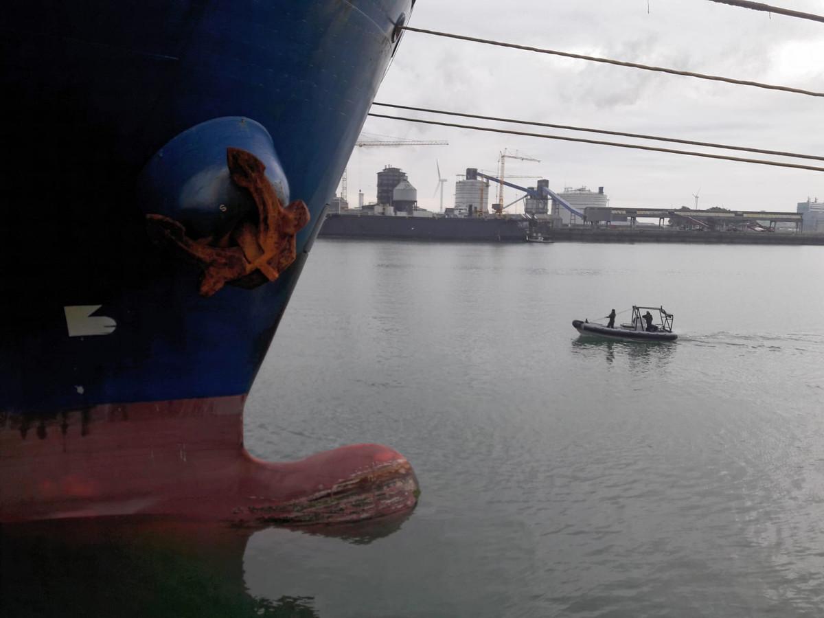 De marine bewaakt het Amerikaans transportschip 24 uur per dag vanaf het water.