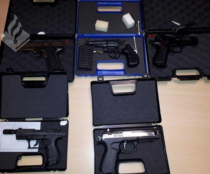 De politie heeft in Heino zaterdag vijf vuurwerkpistolen in beslag genomen.