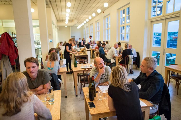 Scheepskameel is gevestigd in een schitterend oud pand en heeft waarschijnlijk de 'openste' keuken van Amsterdam. Beeld Mats van Soolingen