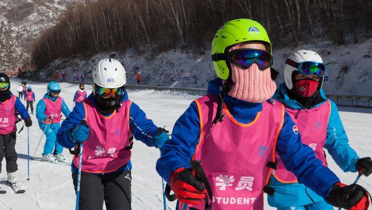 Studenten van de Zhangjiakou universiteit leren skiën. Beeld Ruben Lundgren