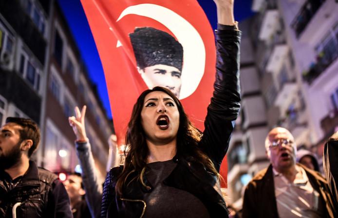 Tegenstanders van Erdogan betogen in Besiktas en vragen om het ongeldig verklaren van het referendum dat zijn macht moet uitbreiden.