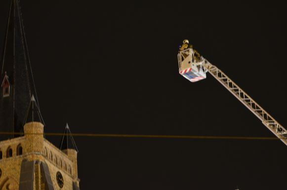 De brandweer controleert de kerk na een oproep over een mogelijke blikseminslag.