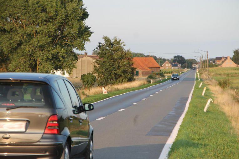 De Meulebekesteenweg - het verlengde van de Gentstraat in Meulebeke -  loopt ook over grondgebied van Oostrozebeke en Dentergem.