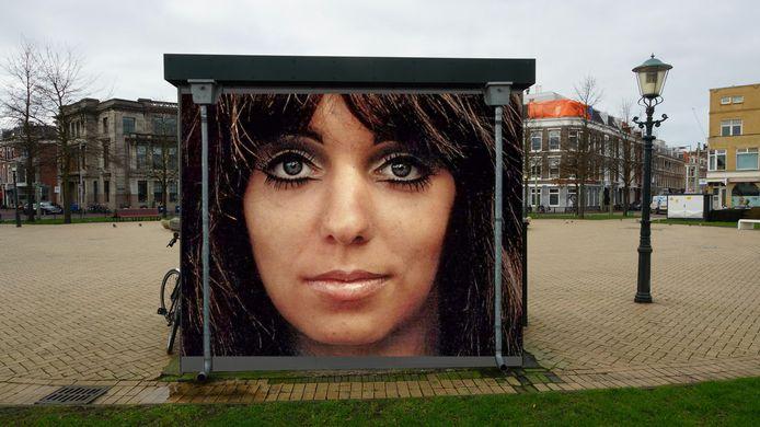 Illustratie. Mariska Veres, zangeres van Shocking Blue wordt vereeuwigd in Zeeheldenkwartier. Kunstenaar Marcello maakt een portret dat zal worden afgebeeld op het transformatiehuisje op het Prins Hendrikplein