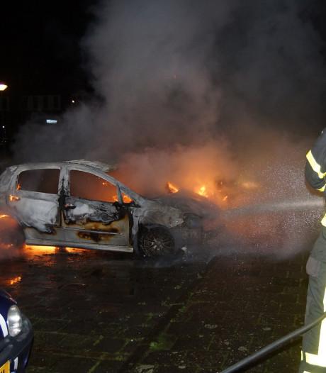 Twee geparkeerde auto's uitgebrand in Loon op Zand