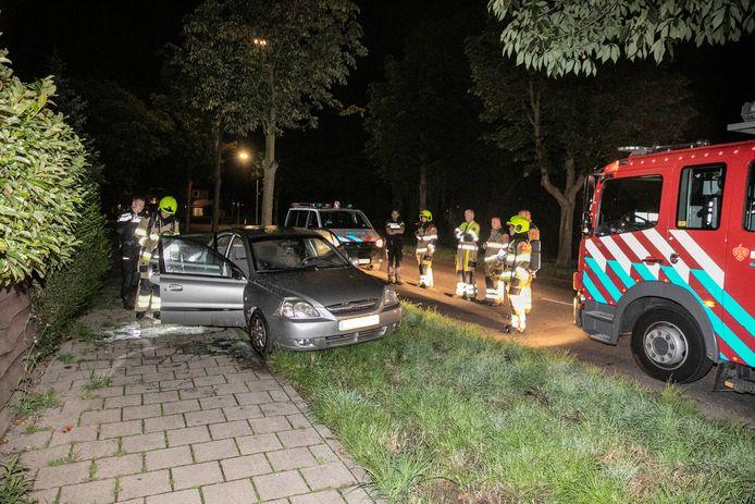Een auto is achtergelaten en in brand gestoken langs de Ackerbroekweg in Nijmegen.