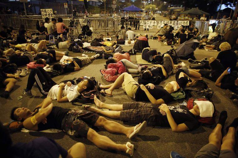 Betogers slapen voor het kantoor van Leung Chun-ying. Beeld reuters