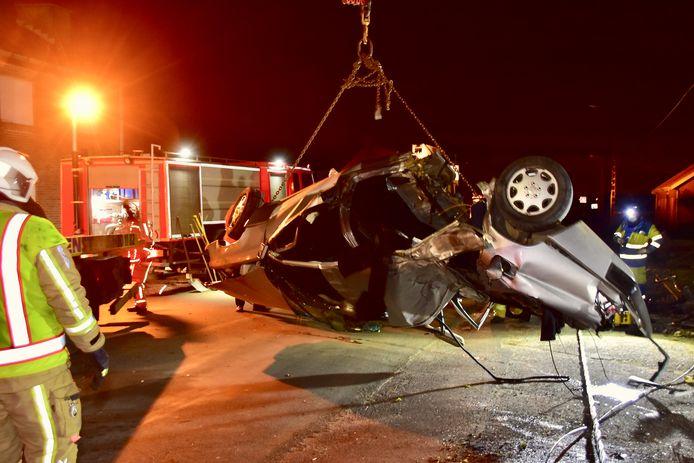De zware Mercedes van A.R. (23) brak door de klap tegen de elektriciteitspaal min of meer in twee en kwam op z'n dak tot stilstand, na het ongeval in de Wallemolenstraat in Poelkapelle.