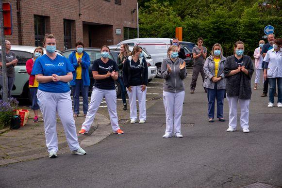 Het zorgpersoneel bracht een bezoek en applaus aan de bewoners van de serviceflats Scheldezicht.