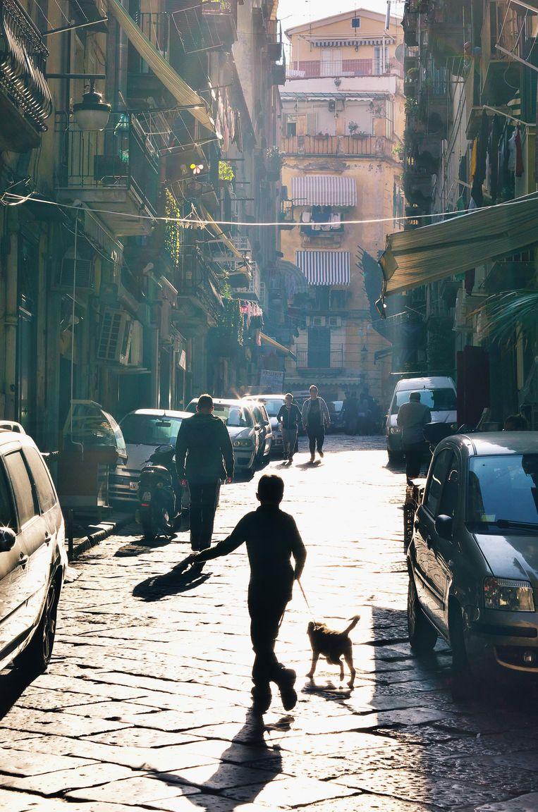 Op straat in de wijk Spagnoli in Napels. Beeld getty