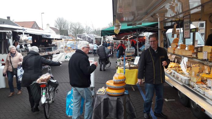 De weekmarkt is na enkele jaren terug op het Plein in Vlijmen. De kooplieden zijn verguld. Ze denken dat de omzet toeneemt. En ook het publiek ziet het helemaal zitten.