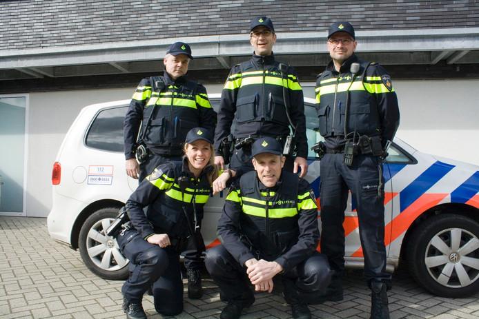 De vier wijkagenten en hun coördinator Bas Goedejohan (onderste rij rechts).