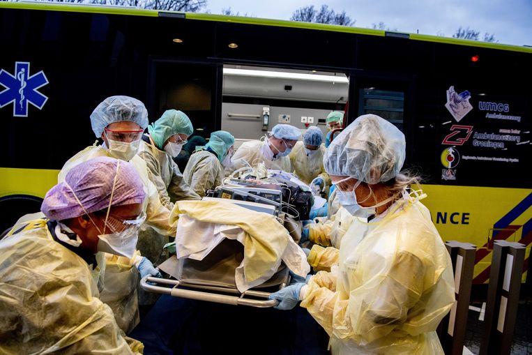 Coronapatiënten worden vanuit Breda vervoerd naar ziekenhuizen buiten Noord-Brabant. Beeld ANP