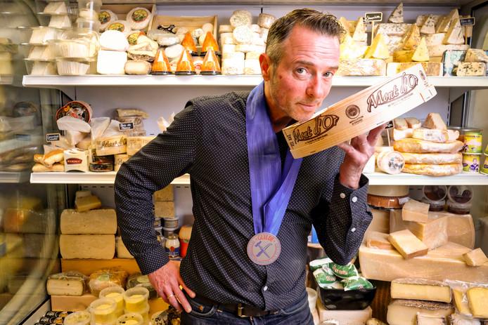 Kaaskenner Ed Chavernac in zijn winkel De Fransoos in Leiden. De Alphenaar levert buitenlandse kazen aan onder meer Hendrick's Pub in zijn woonplaats.
