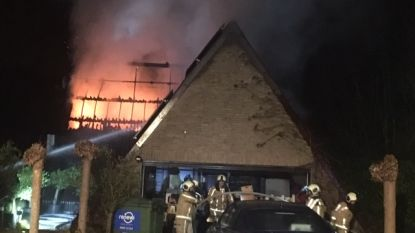 Uitslaande brand legt villa in de as: gezin van drie ontkomt aan vuurzee
