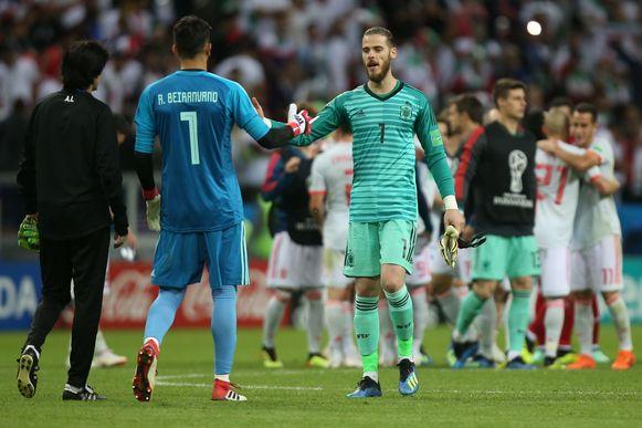 De Spanjaard David De Gea groet Beiranvand na de 1-0-zege van 'La Roja'.