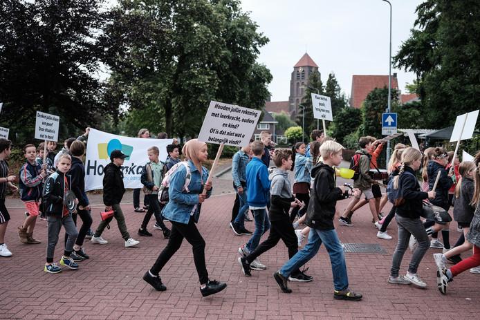 Half juli van dit jaar demonstreerden de kinderen van de Hogenkampschool voor betere huisvesting. Archieffoto: Jan Ruland van den Brink