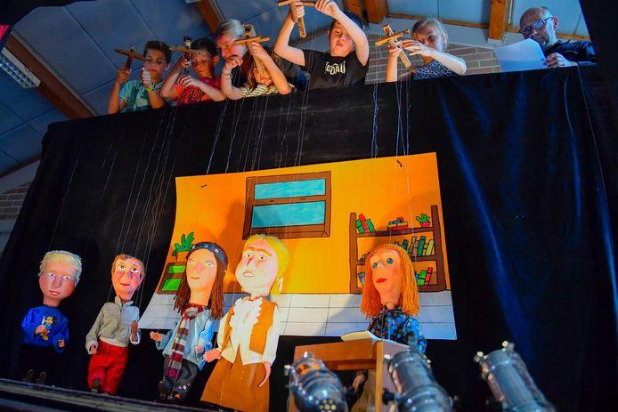 De leerlingen kregen een workshop over het poppentheater.