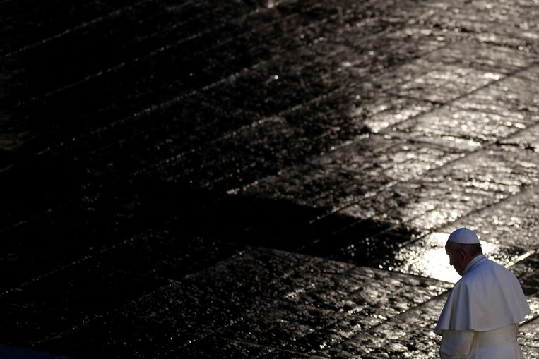 Paus Franciscus sprak op 27 maart al zijn zegen uit over de stad Rome en de wereld, het urbi et orbi. Het Sint-Pietersplein was totaal verlaten en dat zal dit jaar met Pasen niet anders zijn. Beeld REUTERS