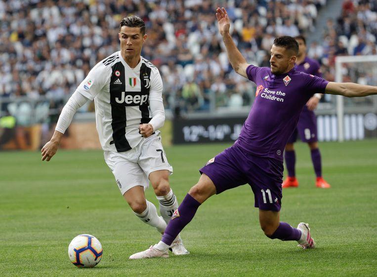 Kevin Mirallas, rechts in het shirt van Fiorentina, probeert Cristiano Ronaldo van de bal te zetten.