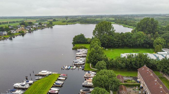 In deze haven in Zwartsluis is pas geleden een boot en een buitenboordmotor gestolen. De gemeente gaat nu kijken of het plaatsen van verlichting helpt.