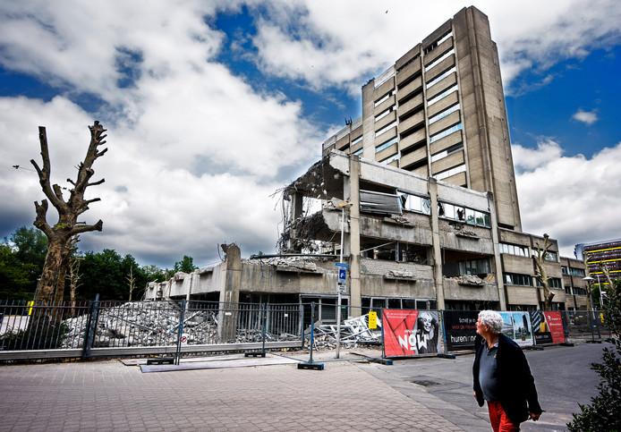 Het voormalige gebouw van de belastingdienst aan de Gerbrandystraat wordt gesloopt om plaats te maken voor woningbouw .