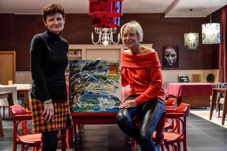 Els Van Steen (links) en Kristine Baert tonen een van de kunstwerken die werden gemaakt.