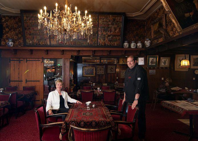 Archieffoto: Manager Yvonne van der Meulen  Reuver en chefkok Remco Vosseberg in het herkenbare Roode Leeuwinterieur.
