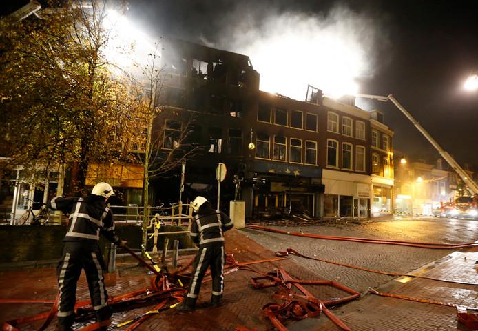 De brandweer bestrijdt een grote brand in het centrum van Leeuwarden. Bij de brand, in 15 panden in het centrum, is een dode gevallen