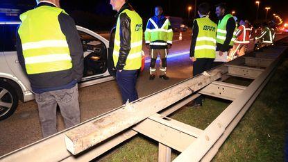 Acht auto's beschadigd door metalen balk op rijbaan