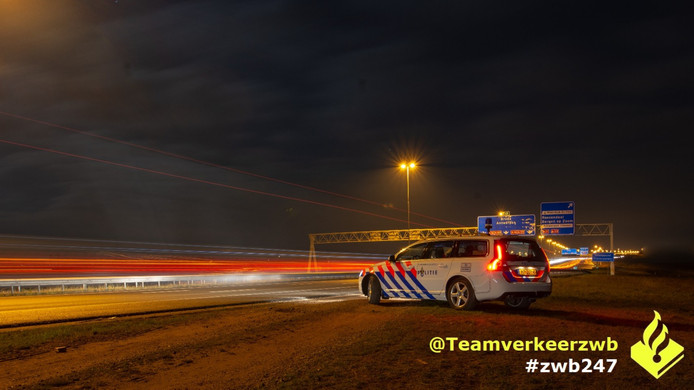 Twee snelheidsduivels zijn in de nacht van vrijdag op zaterdag hun rijbewijs verloren.