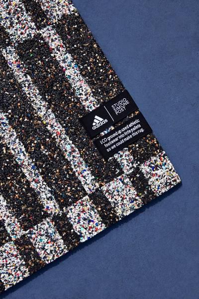 Simone Post maakt grafische vloerkleden van afgedragen Adidas-sneakers.simonepost.nl