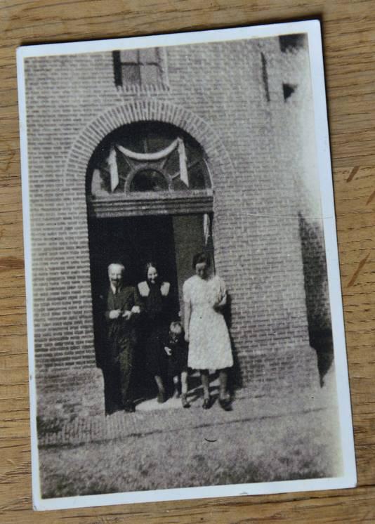 Het moment dat het echtpaar Spangenthal (links) voor het eerst weer het kerkje kan verlaten, oktober 1944.
