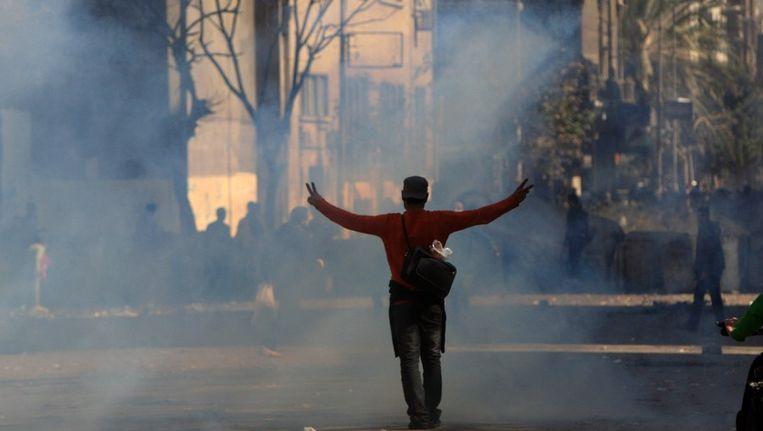 Demonstrant op het Egyptische Tahrirplein te midden van een wolk traangas. Beeld afp