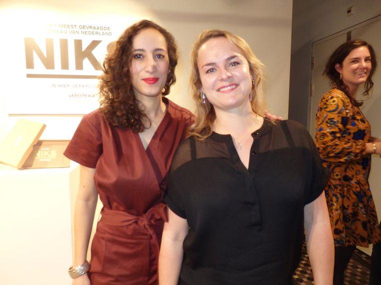 Faiza Oulahsen en Ilona van den Ouden van Greenpeace. 'Het is een dubbele boodschap: in plaats van nóg meer spullen de wereld schoner en mooier maken.' Beeld Schuim