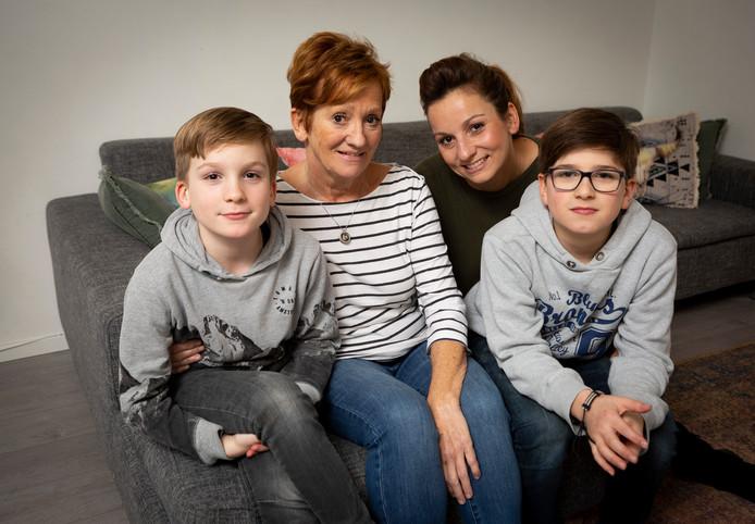 Ingrid van der Meer, die ALS heeft, samen met haar dochter Yäel en de kleinkinderen Jullien (bril) en Lucien.