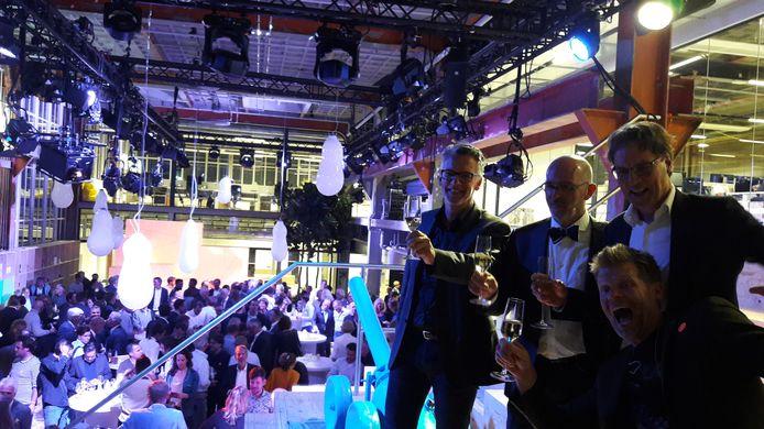 Toost bij de opening van Innovation Powerhouse, waar design- en innovatiebureau VanBerlo de hoofdhuurder is. Met van links naar rechts: Frans Joziasse (PARK & Grow design management), oprichter Ad van Berlo, ceo Thomas Paulen van VanBerlo en wethouder Staf Depla (rechtsachter).