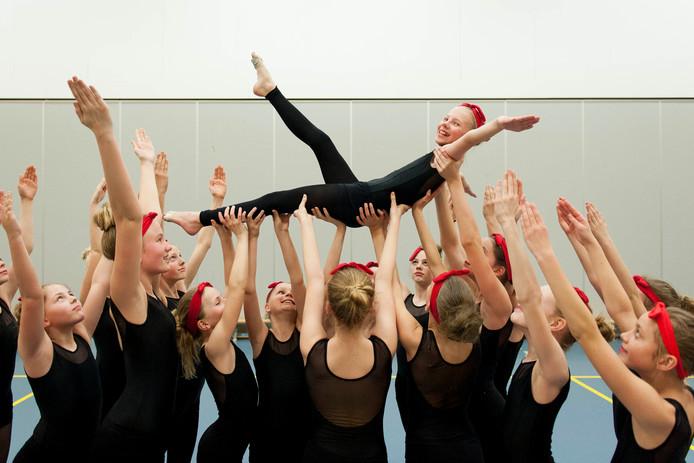 De jeugdselectie van SVOD Dans, olv Donja Kroezen, heeft zich weten te plaatsen voor het NK Dans D-niveau van de KNGU. Team in actie tijdens de training.