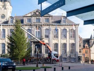 Lier al volop in kerststemming: metershoge kerstboom geplaatst op Grote Markt