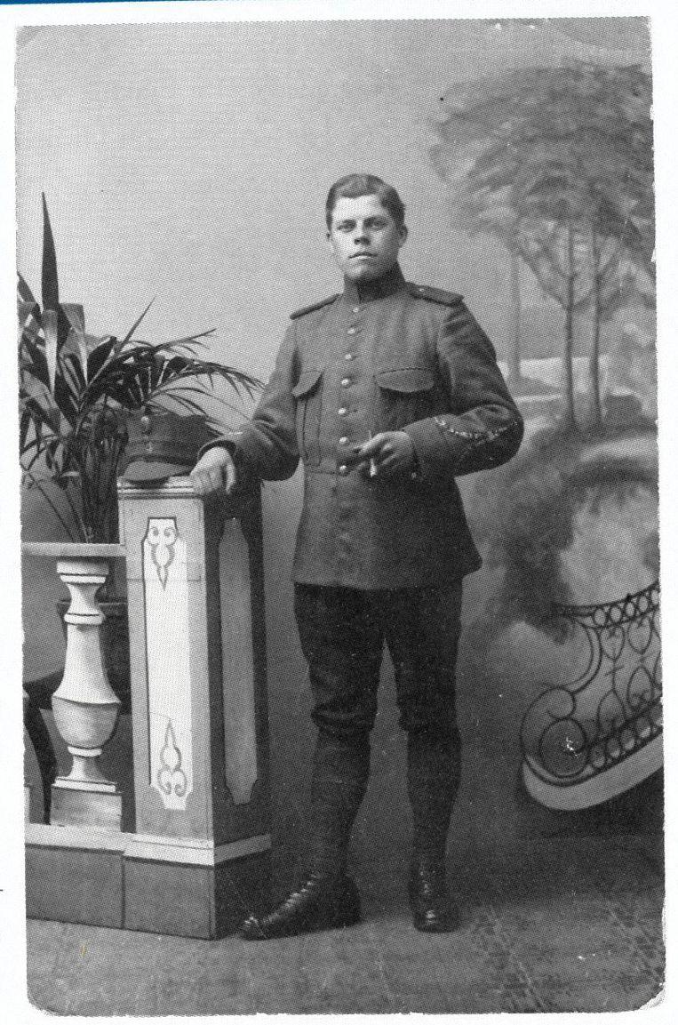 Dorpsmarechaussee Jan Franse, foto uit Bromsnor in Zeeland van Albert L. Kort. Beeld .