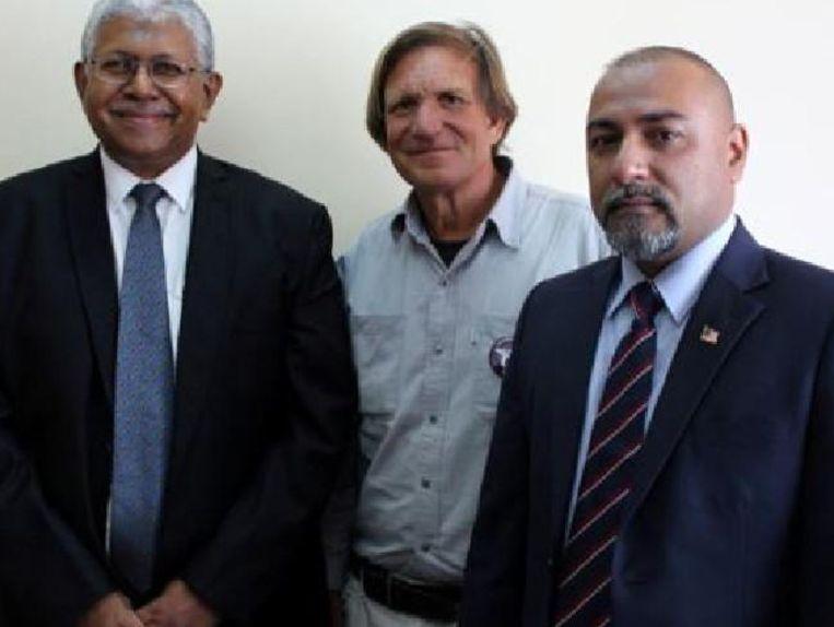 Speurder Aslam Khan, MH370-jager Blaine Gibson en consul Zahid Raza.