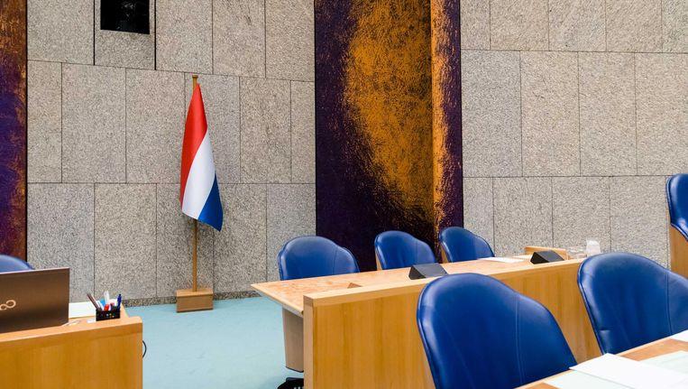 De nieuwe vlag, zoals besteld door Kamervoorzitter Khadija Arib, achter het rostrum in de Tweede Kamer. Beeld anp