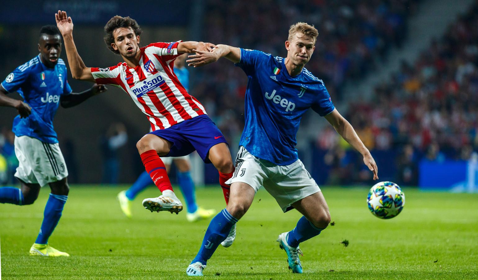 Matthijs de Ligt in duel met João Félix van Atlético Madrid.
