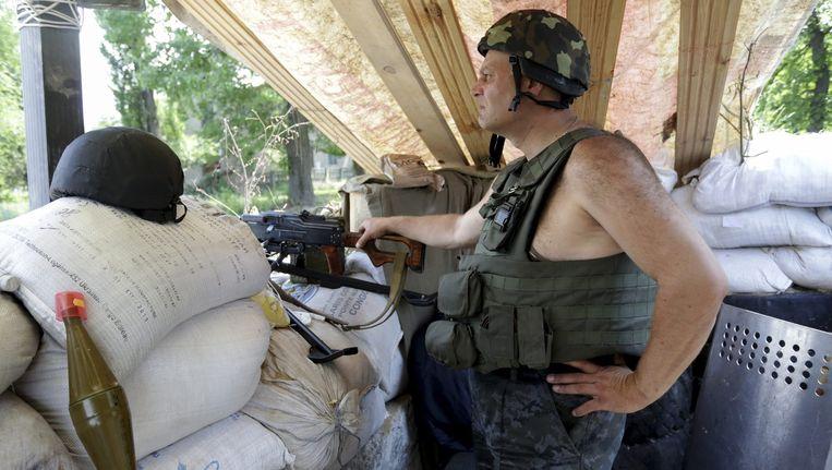 Een Oekraïense soldaat bij een checkpoint nabij Slavjansk. Beeld epa